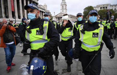 Covid, Londra: 5 arresti e 8 feriti al corteo antirestrizioni thumbnail