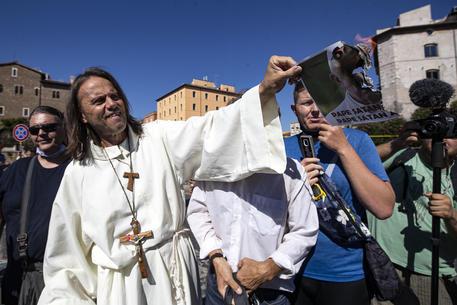 """Coronavirus, partito il corteo dei negazionisti: """"E' la piazza del popolo italiano"""""""