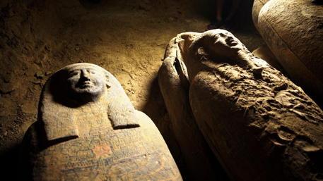 Egitto: archeologi trovano 27 sarcofagi intatti da 2500 anni