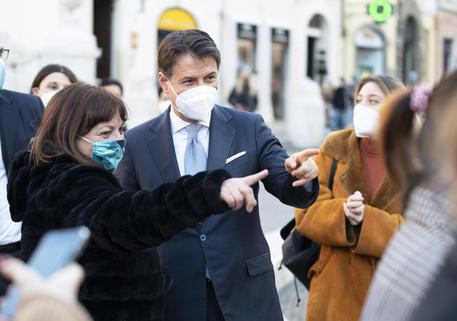 Il premier Giuseppe Conte nei giorni scorsi nelle strade del centro di Roma - Uff. stampa palazzo Chigi © ANSA