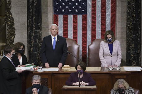 Mike Pence e Nancy Pelosi durante la seduta del Congresso © EPA