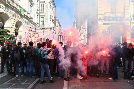 Duemila persone partecipano al corteo a Torino nel giorno dello sciopero nazionale dei trasporti © ANSA