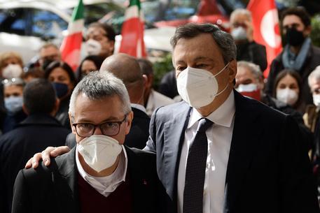 Draghi, l'abbraccio con Landini © AFP