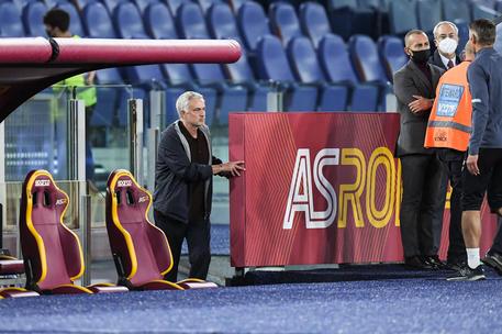 Roma: video di Mourinho, dopo espulsione rimasto a bordo campo - Lazio