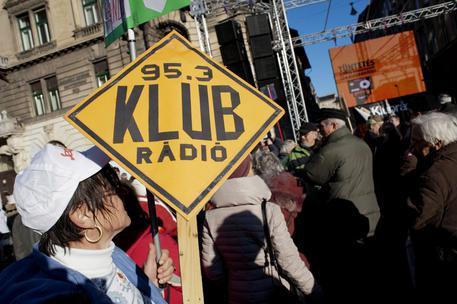 Ungheria, silenziata l'ultima radio indipendente. L'Ue: 'Si lasci trasmettere KlubRadio'