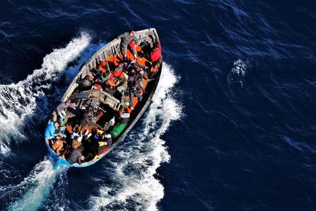 Migranti: 415 approdati a Lampedusa su due barconi thumbnail
