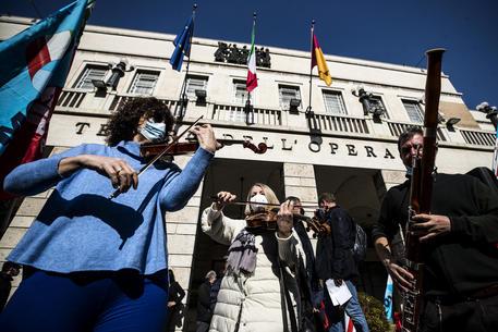 >>>ANSA/�LO SPETTACOLO PROTESTA NELLE PIAZZE D'ITALIA © ANSA