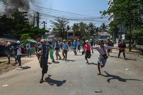 Manifestanti a Yangon © AFP