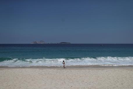 Covid: Rio riapre l'accesso alle spiagge nei giorni feriali thumbnail
