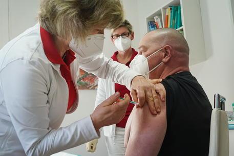 Bild, in Germania via libera vaccini a tutti a fine maggio thumbnail