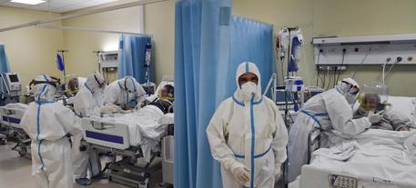 Covid: risalgono test, contagi e morti. Calo in rianimazioni thumbnail