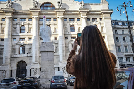 Borsa: Milano in rialzo (+0,8%), corre Saipem, giù Atlantia thumbnail