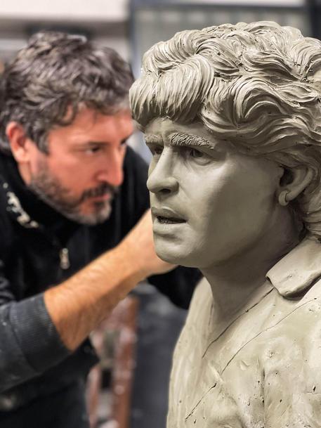 Lo scultore Domenico Sepe con la statua del Pibe © ANSA