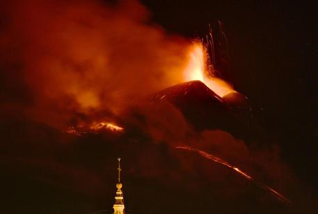 Etna: eruzione notturna, fontana di lava e cenere dal Sud-Est thumbnail