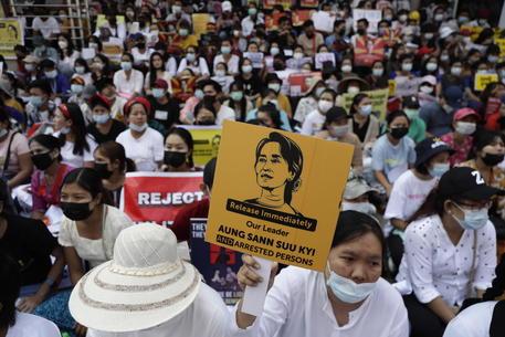 Birmania: giunta rilascia oltre 5.000 detenuti
