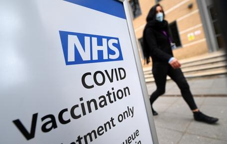 Vaccini: Gb apre agli over 35 thumbnail