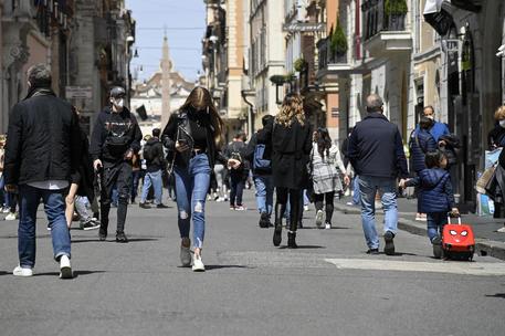 Folla in centro Roma, chiusa via del Corso thumbnail