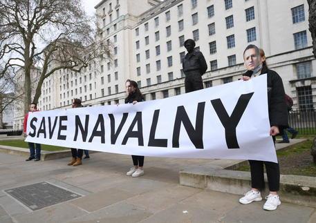 Lo staff di Navalny: 'Trasferito in una colonia di tortura' thumbnail