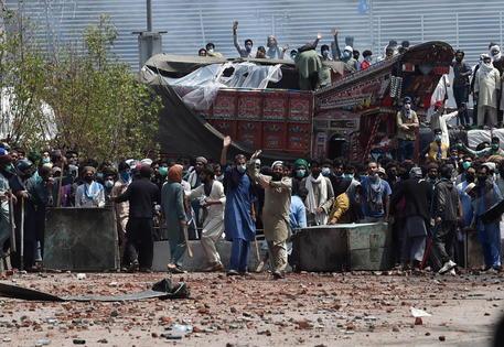 Pakistan, rilasciati 11 poliziotti ostaggio degli islamisti thumbnail