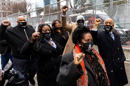 Floyd, centinaia di manifestanti davanti al tribunale thumbnail