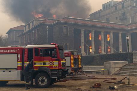 Sudafrica, a Città del Capo si lotta contro le fiamme thumbnail