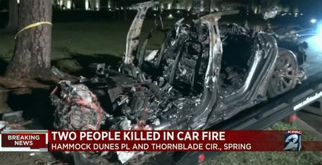Si schianta una Tesla 'senza conducente', due morti in Texas thumbnail