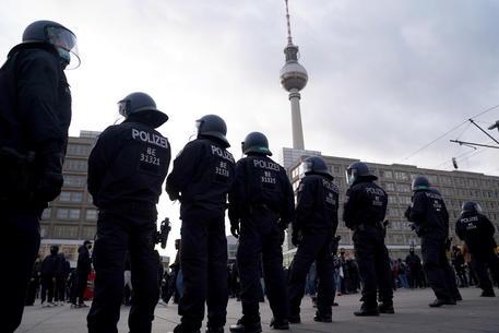 Germania: scontri a Berlino, lacrimogeni su manifestanti thumbnail