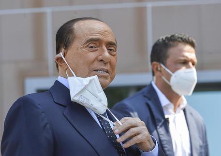 Silvio Berlusconi dimesso dall'ospedale San Raffaele di Milano thumbnail