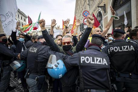 Alitalia: tensione a manifestazione, bloccata Piazza Venezia thumbnail