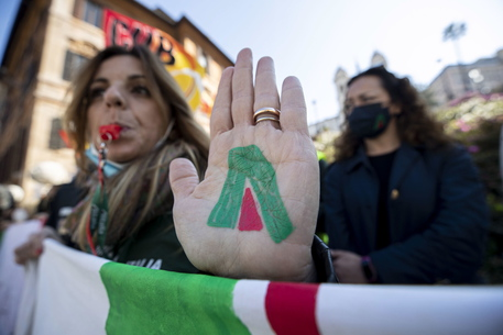 Alitalia: fonti, non ci sono risorse per gli stipendi di aprile thumbnail