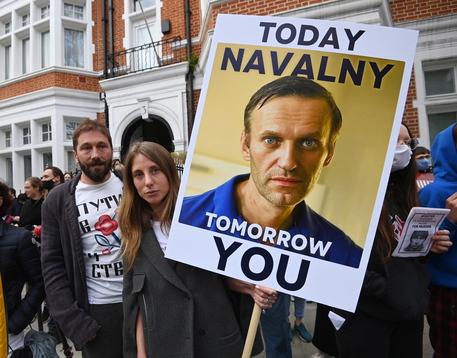 Navalny visitato da medici civili fuori dal carcere thumbnail