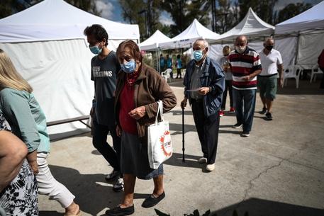 Covid: pandemia non frena in Argentina, oltre 60.000 i morti thumbnail