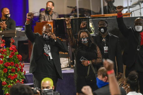 Usa: in centinaia ai funerali di Daunte Wright a Minneapolis thumbnail