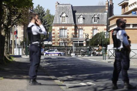 Francia: donna accoltella un poliziotto, un collega le spara thumbnail