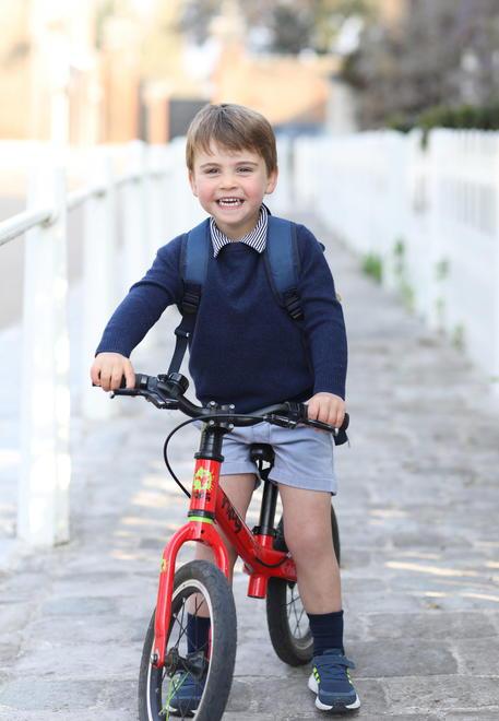 Gb: il principe Louis compie 3 anni, la foto in bicicletta thumbnail