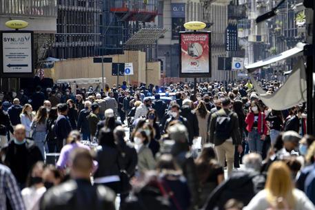 L'Italia da lunedì riparte, è già folla a Napoli e Roma thumbnail