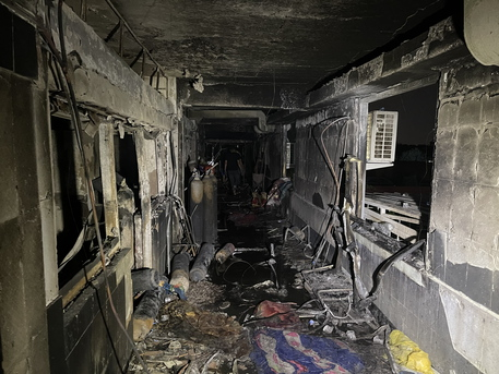 Incendio nel reparto Covid, a Baghdad è una strage: 58 morti thumbnail