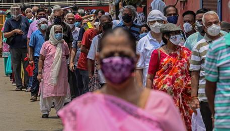 La fila per la vaccinazione a Mumbai (Foto Ansa) © EPA