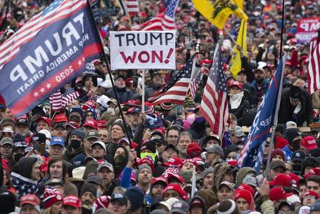Usa: appello a Trump, 'convinca i suoi fan a vaccinarsi' thumbnail