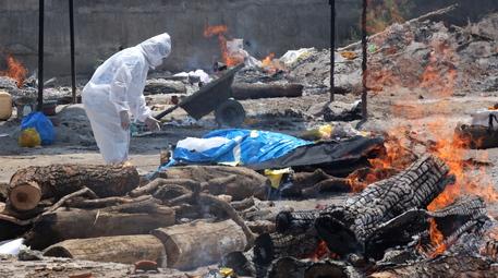 India: emergenza crematori, pire illegali lungo fiumi thumbnail