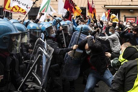 Alitalia: manifestanti davanti Palazzo Chigi,centro blindato thumbnail