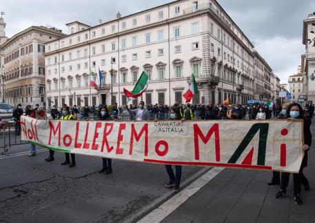 Alitalia: stipendi di aprile pagati in due tranche il 3-4 maggio thumbnail