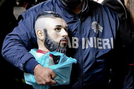 Camorra: 21 arresti a Napoli, le ceneri del baby boss in un altare thumbnail