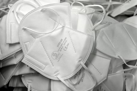 Covid, nel 2020 importate mascherine per oltre 3 miliardi thumbnail