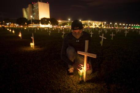 Covid: altri 2.504 morti in Brasile, superata quota 482 mila thumbnail