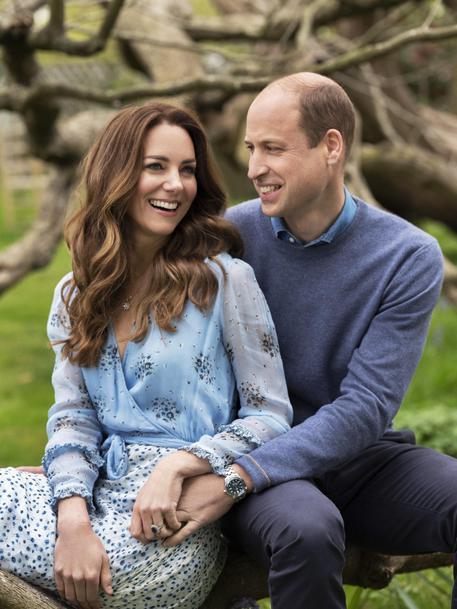 Gb: 10 anni di matrimonio, foto celebrano William e Kate thumbnail