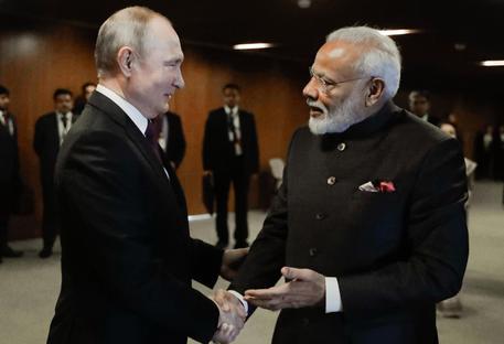Covid: arrivati in India gli aiuti dalla Russia thumbnail