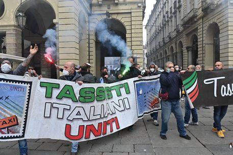 Covid: tassisti in piazza a Torino, siamo ridotti alla fame thumbnail