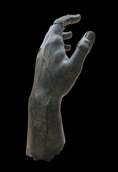 Capitolini, ricomposta mano colosso bronzeo Costantino thumbnail
