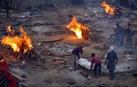 Covid: record di morti a New Delhi, 412 in 24 ore thumbnail